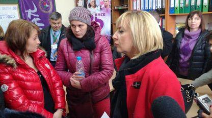 """Омбудсманът Мая Манолова на среща с работничките от """"Абонданца"""", на които фалиралият работодател не беше изплатил възнагражденията."""