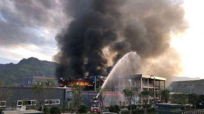 Огнеборци се опитват да потушат пожара след експлозията в химически завод в Ибин, провинция Съчуан.