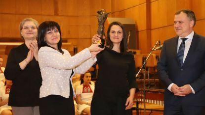 Цвета Караянчева връчва голямата награда Сирак Скитник на Елена Ангелова, отговорен музикален редактор на програма Хоризонт