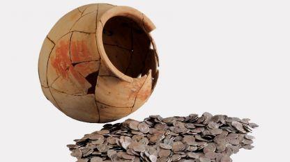 """Колективна находка от близо 3000 сребърни римски монети от Сердика. Открити са в керамичен съд. (Един от акцентите на изложбата """"Българска археология 2015"""")"""
