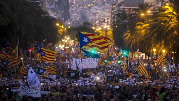 Протестен марш в Барселона в подкрепа на сваленото от Мадрид регионално правителство на Каталуния
