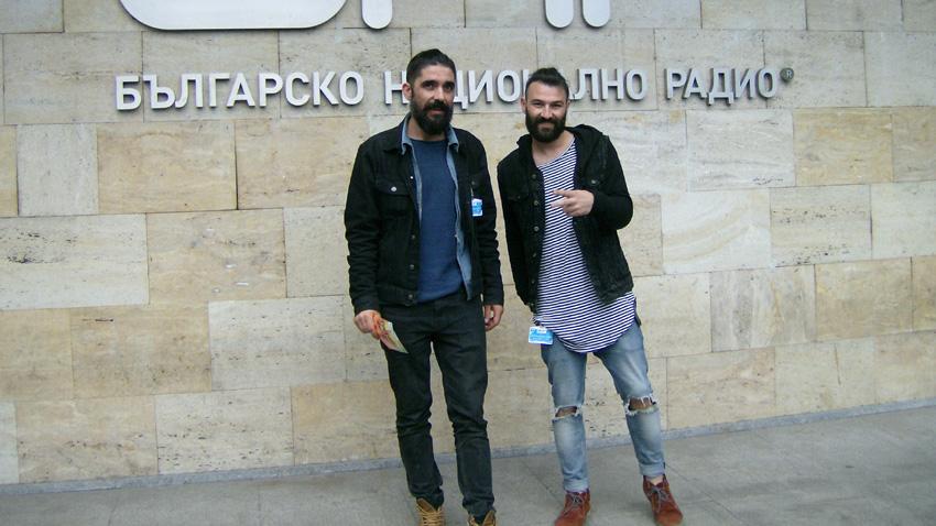 Ерсин и Таш пред сградата на БНР