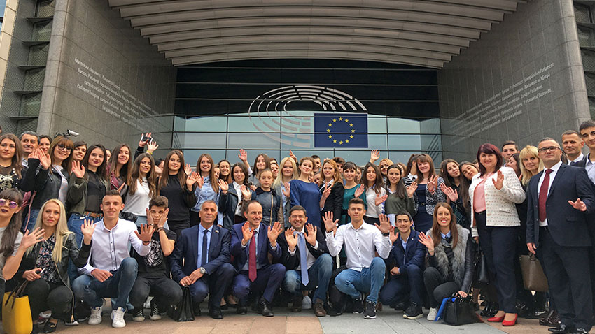 """Децата от българската диаспора, които фондация """"Българска памет"""" заведе в Брюксел се снимаха пред Европейския парламент"""