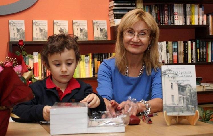 Искра Ценкова на представянето на книгата си