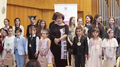 Даниела Дикова (в средата) с наградените в конкурса