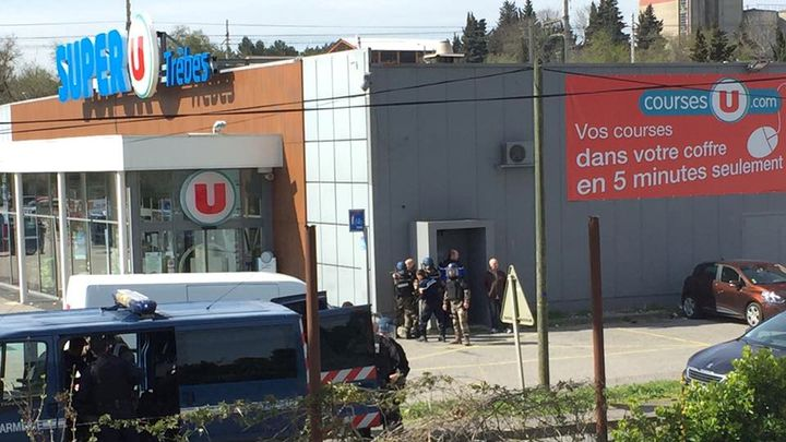 Нападателят влязъл в супермаркета в Треб малко след 11 часа местно време.