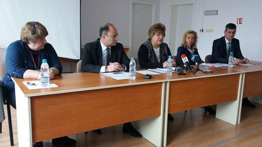 Директорът на НАП-Варна Милена Колева /в средата/