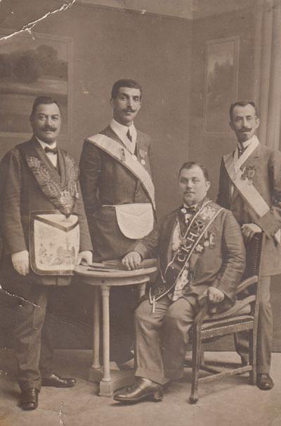 """Масони от ложата """"Солунска звезда"""". Крайният вдясно е Драган Д. Тъпков, представител на известна българска фамилия."""