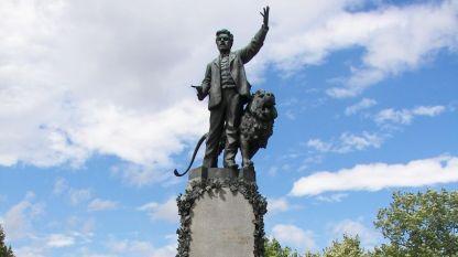 Паметникът на Васил Левски в Карлово.