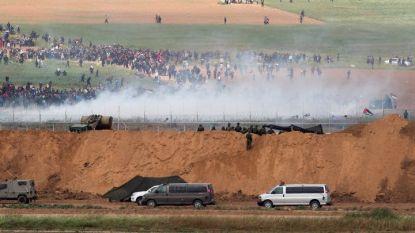 Израелски войници изстрелват сълзотворен газ към палестински демонстранти, маршируващи към границата с Израел край близкия град Бейт Ханун.