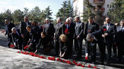 Посланици полагат цветя на мястото на експлозията на кола-бомба в Анкара, Турция.