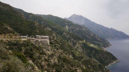 Манастирът Симоно-Петра, в далечината връх Атон