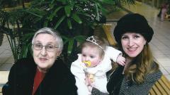 Виолета Кочова с дъщеря си Валентина и малката Никол