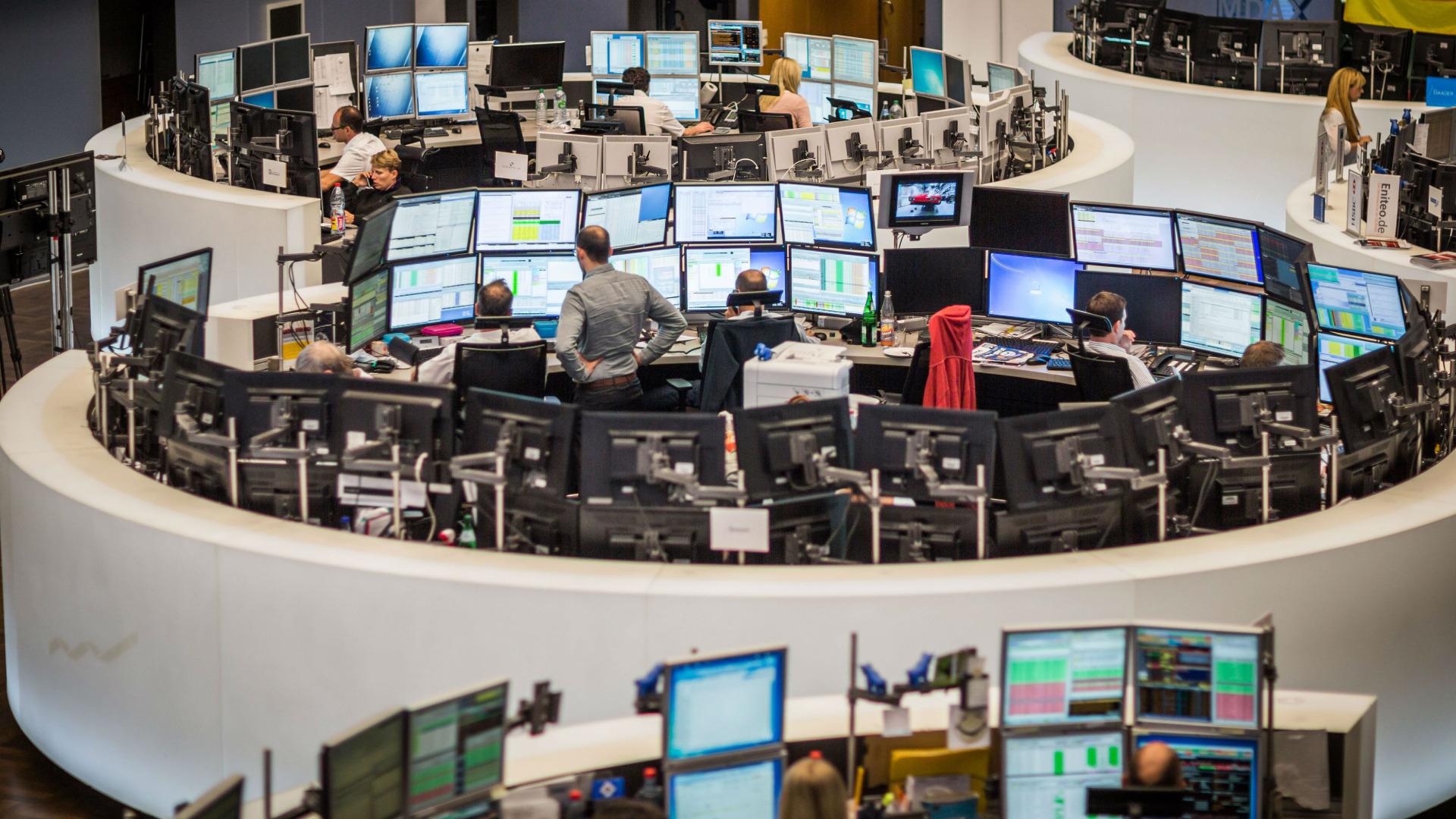 Европейските акции отстъпват от техните тримесечни върхове, достигнати в началото