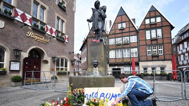 граждани полагат цветя на мястото на нападението в Мюнстер в памет на жертвите