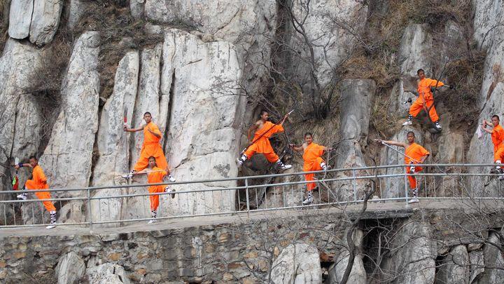 Обучаващи се в школата на манастира Шаолин демонстрират уменията си в планината Суншан, централната китайска провинция Хънан.
