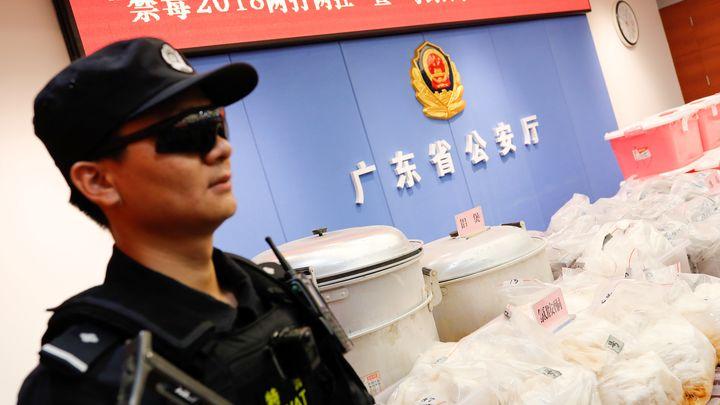Китайски полицай стои през заловената пратка от 1,3 тона кокаин в Шънчжън.
