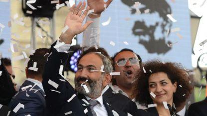 Новият премиер на Армения Никол Пашинян и съпругата му Анна Хакобян празнуват с привърженици в центъра на Ереван.