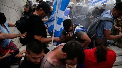 Полицията използва звукови гранати и сълзотворен газ, за да попречи на демонстрантите да влязат в парламента в Атина.