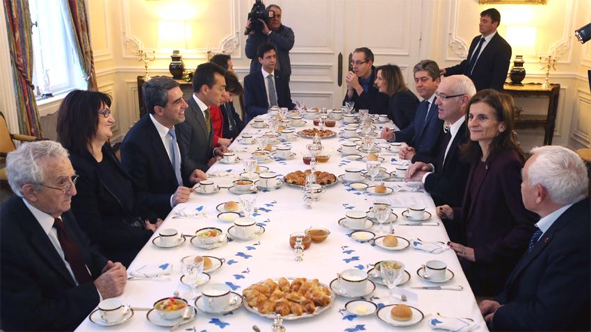 Le Président Rossen Plévnéliev et les Présidents Jéliu Jélév (1990-1997) et Guéorgui Parvanov (2002-2012) ont pris part au petit déjeuner à l'Ambassade de France à Sofia en célébrant le 25e anniversaire de la visite du Président de la République Française François Mitterand en Bulgarie et son petit déjeuner avec 12 intellectuels