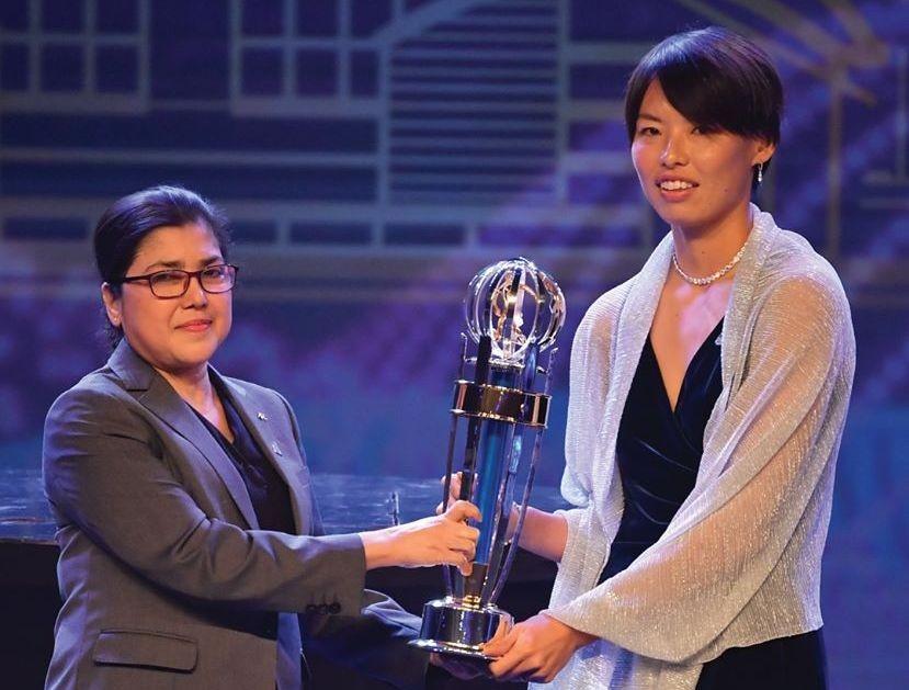 Саки Кумагаи получава наградата си за №1 при жените.