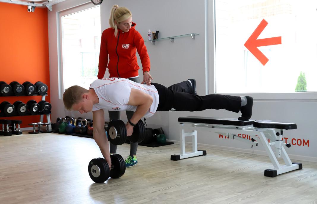 За трениращите самостоятелните занимания вкъщи не винаги са алтернатива заради липсата на треньор, който да показва как правилно се изпълняват упражненията и да начертае програмата, по която трениращият да работи.