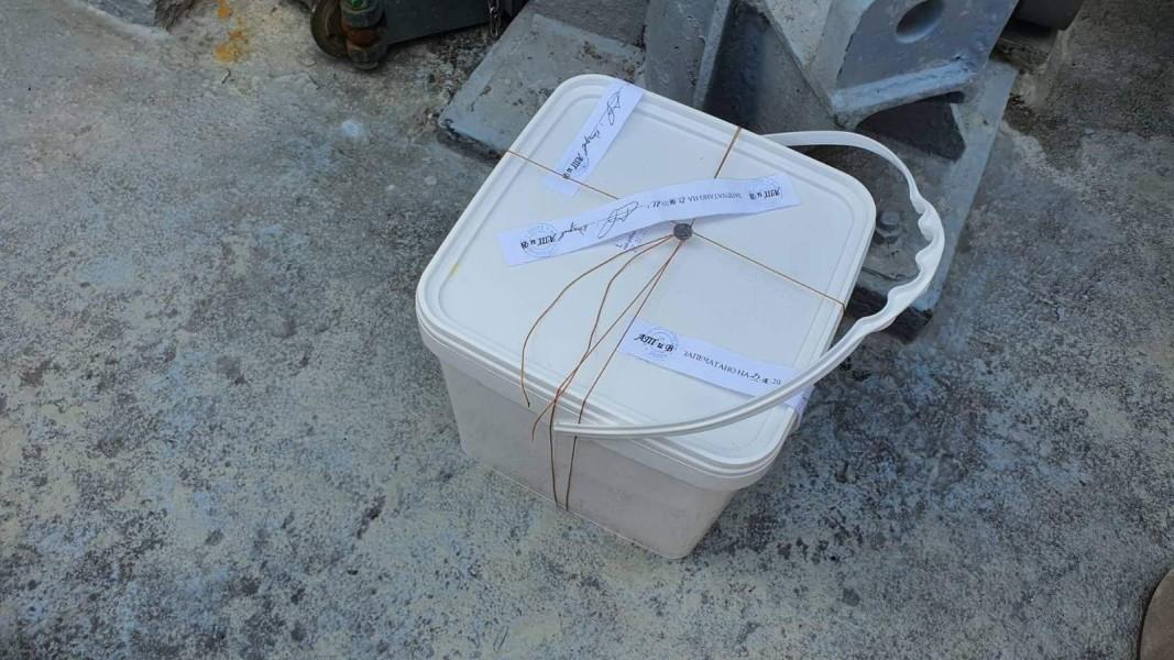 Контейнерът, в който е черната кутия на самолета/Военна прокуратура