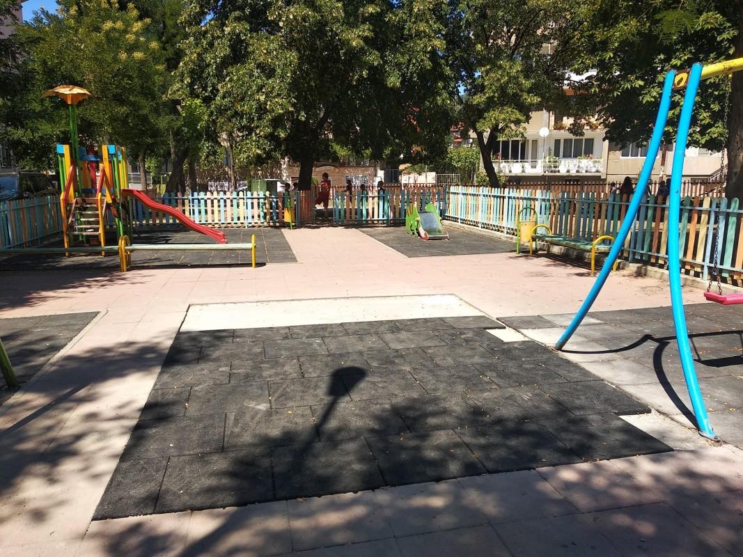 Закритият пясъчник в градинката при Пето училище в Благоевград