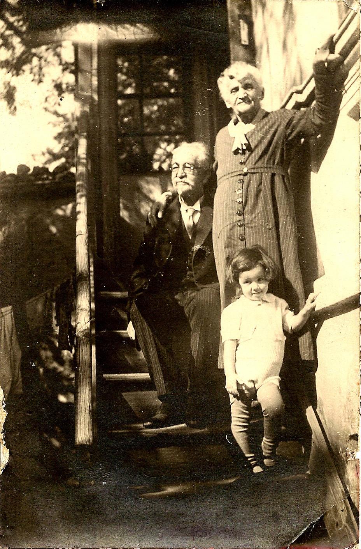 Д-р Иван Гюлмезов, съпругата му Иванка и един от правнуците им.