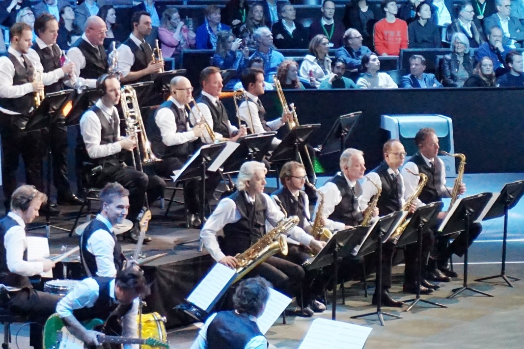 Симфоничният оркестър на Ротердам свири направо на корта.