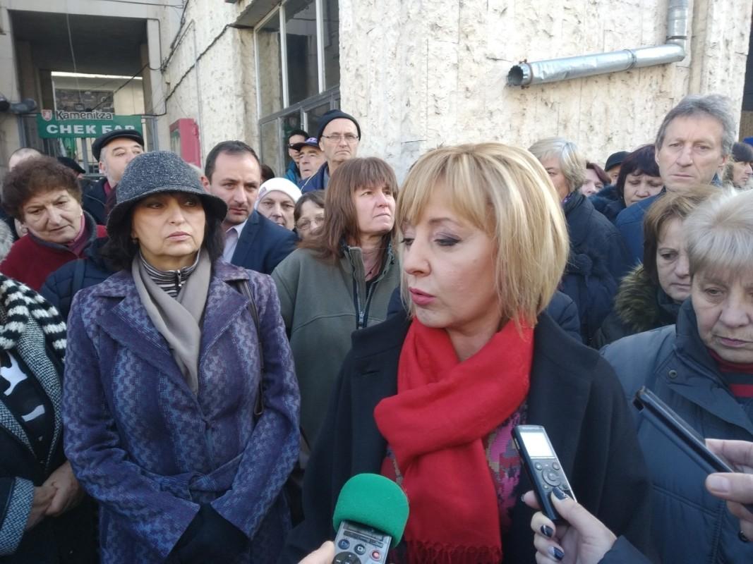 """Мая Манолова, представител на """"Изправи се БГ"""", на среща с протестиращите."""