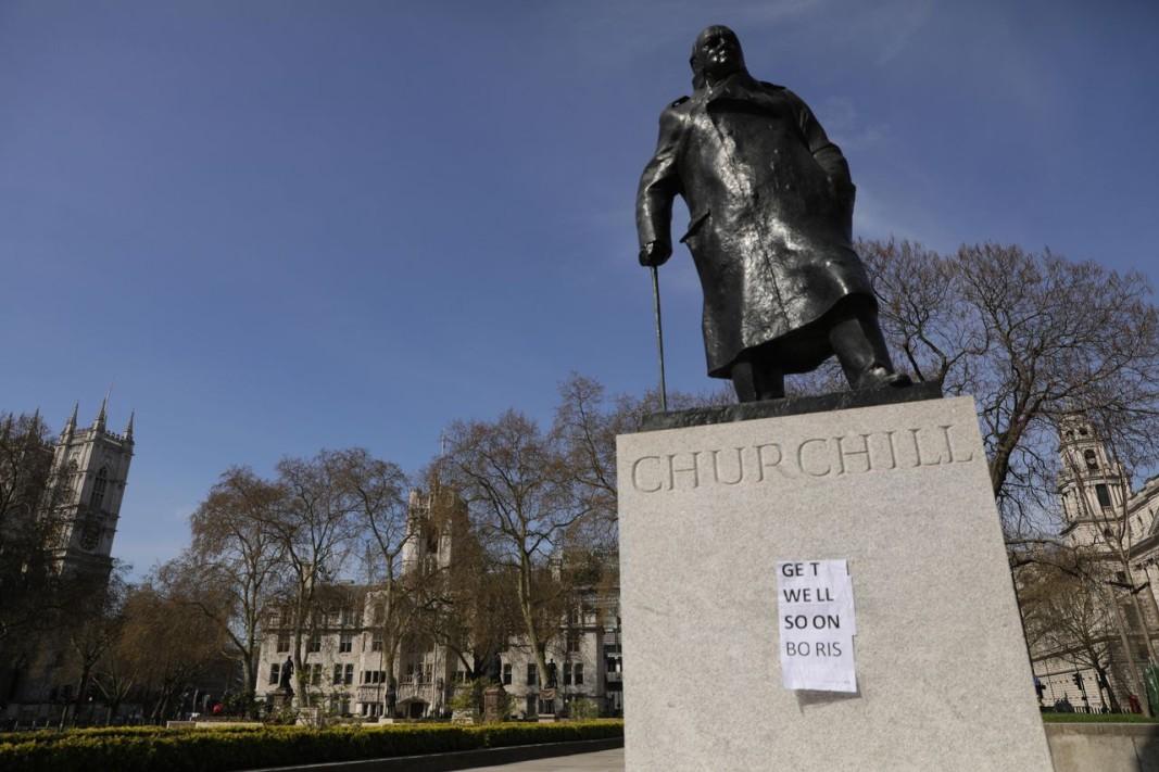 Бележка върху паметника на Чърчил в Лондон пожелава бързо възстановяване на Борис Джонсън.
