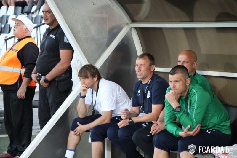 Стамен Белчев (със синята фланелка) съжалява за ранния гол.