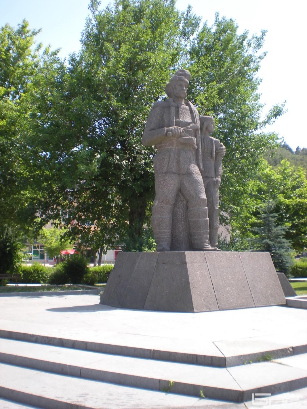 Монумент на Делю Хайдутин и възлюбената му Гюлфие.