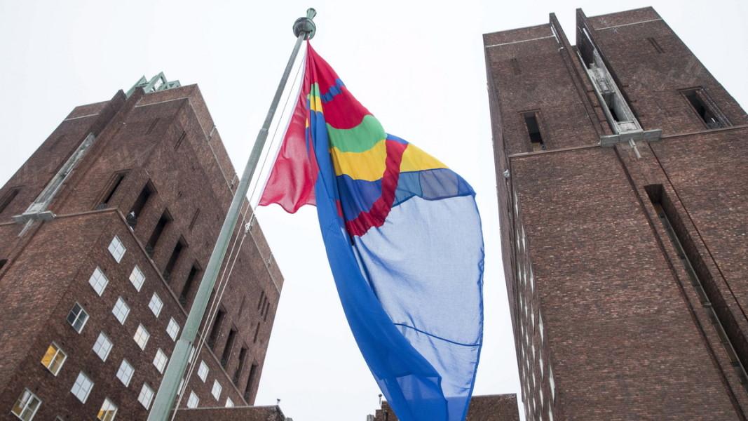 Знамето на саамите е издигнато пред Кметството в норвежката столица Осло в Деня на саамите 6 февруари.