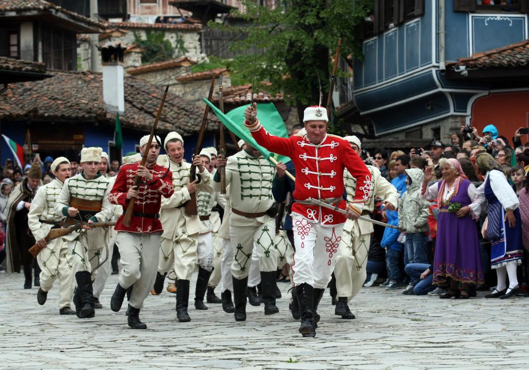 На 20 април (по стар стил) 1876 г. в Копривщица избухва Априлското въстание, благодарение на което на картата на Европа се появи България. Решението за избухването на въстанието е взето от Гюргевския революционен комитет, българските земи са разделени на 5 революционни окръга – първи Търновски, втори Сливенски, трети Врачански, четвърти Пловдивски и пети Софийски. Въпреки, че не постига пряката си цел и е потушено с много кръв и зверства, въстанието предизвиква света да обърне вниманието си към България.