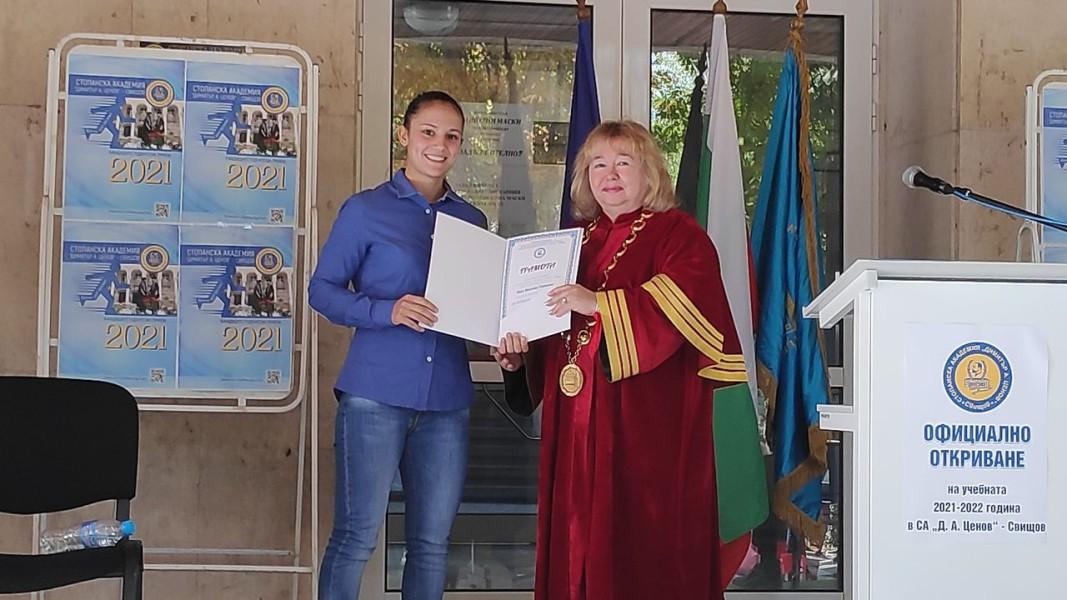 Олимпийската шампионка по карате Ивет Горанова получи специална награда от висшето училище. Снимка: Здравка Маслянкова