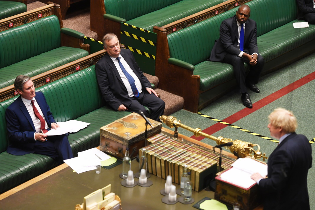 Стармър изслушва изказване на Джонсън в парламента