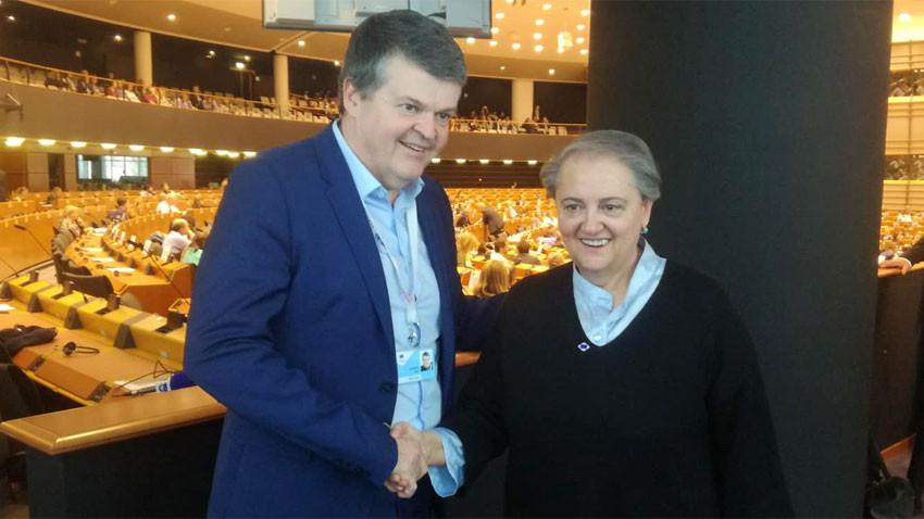 Барт Сомерс – кмет на Мехелен се ръкува с колегата си от Анкона Валерия Маринчели Снимка: Лили Големинова