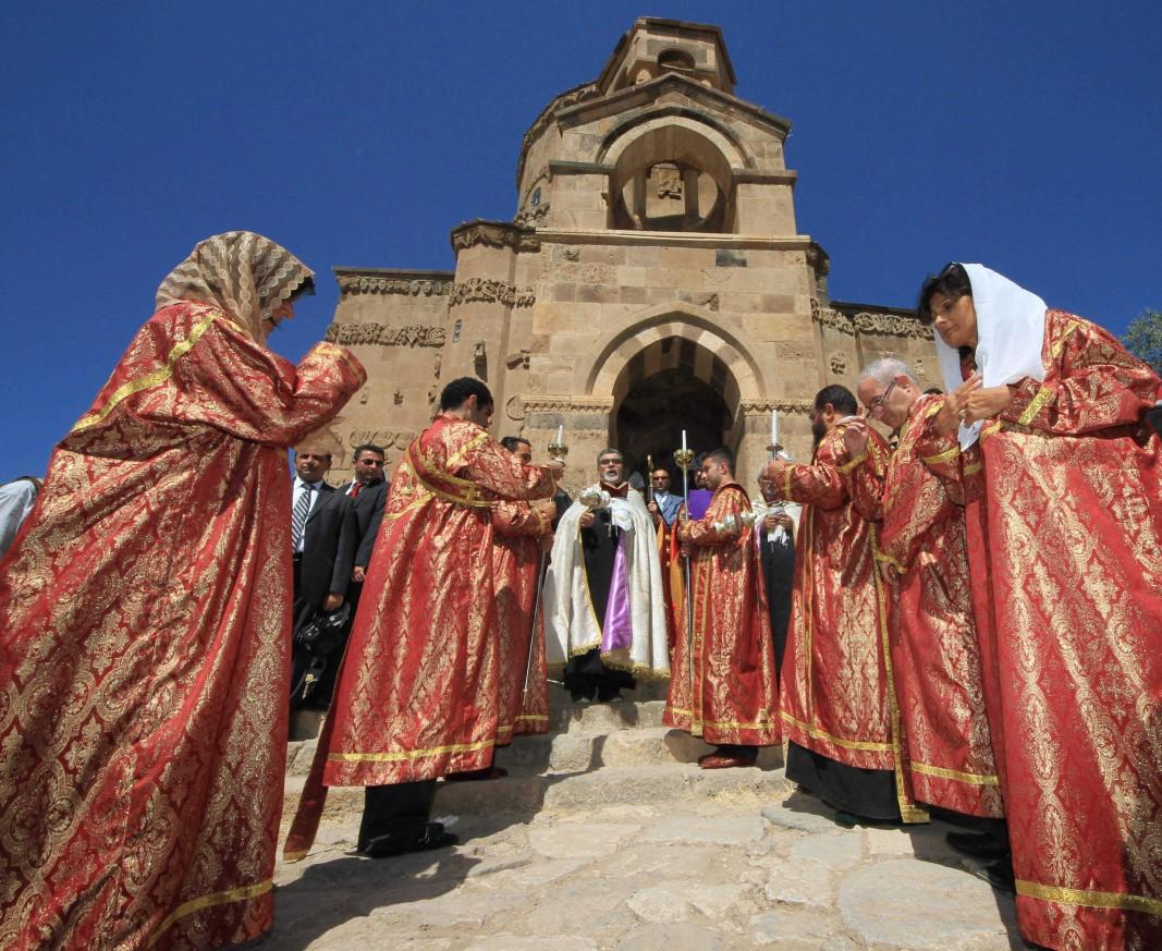 Арменска поговорка гласи, че и камъкът раззеленява, ако към него