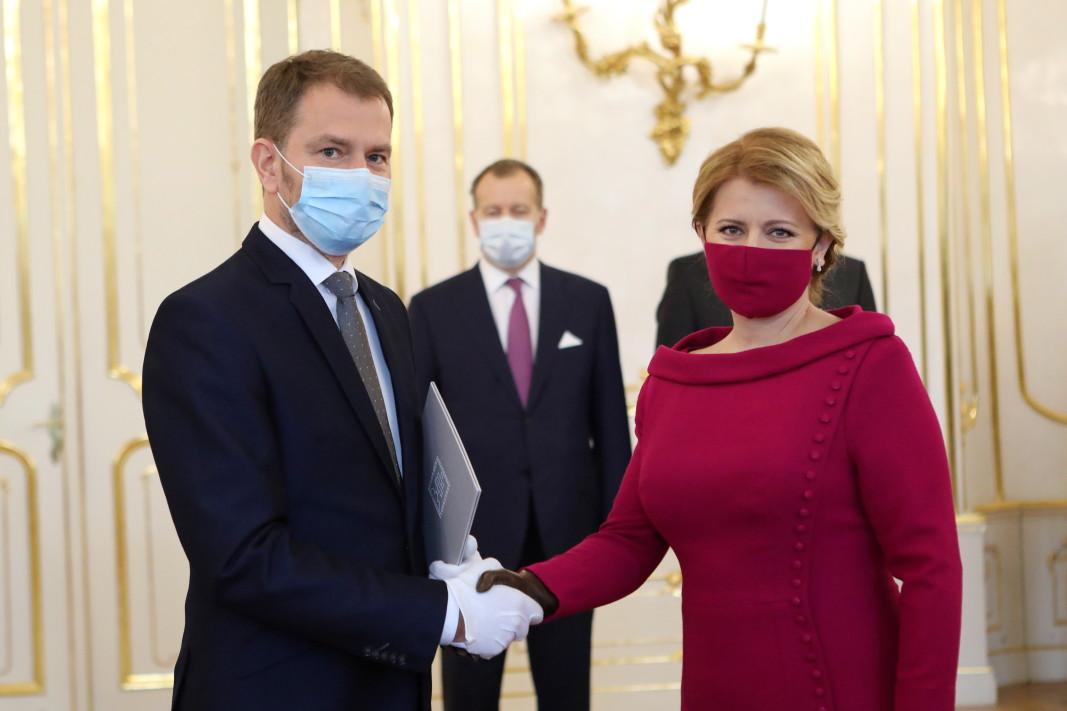 Зузана Чапутова привлече вниманието, след като сложи маска в цвят фуксия в тон с роклята и обувките й.