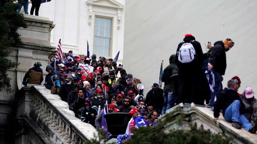 Привърженици на Доналд Тръмп, изпълнили подстъпите към сградата на Конгреса, 7 януари 2021 г. Снимка: ЕПА/БГНЕС