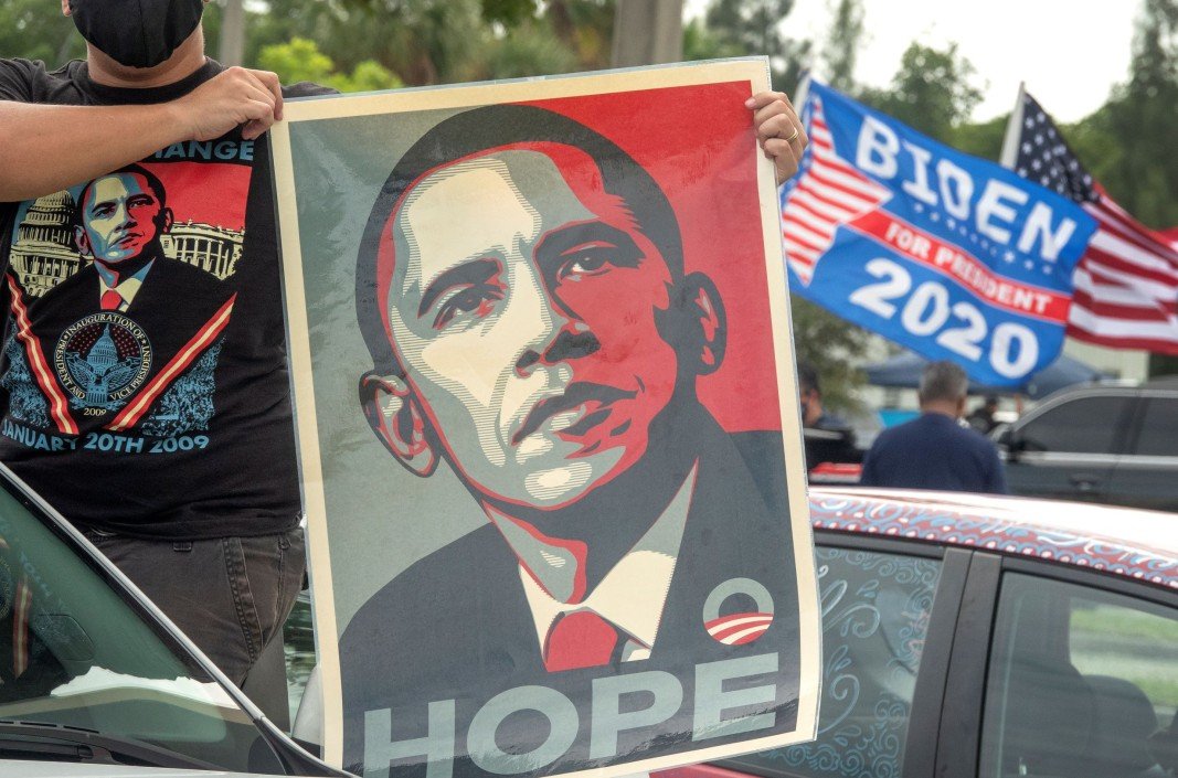 Плакати и транспаранти с лика на бившия президент Барак Обама в подкрепа на Джо Байдън в Маями, Флорида