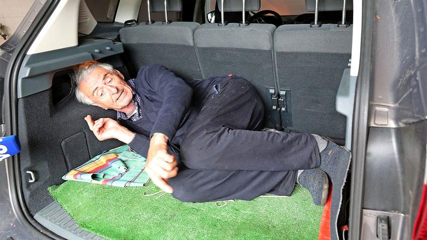Kaçırılın Mirko Moravec, arbasının bagaj kısmında nasıl kapatıldığını gösteriyor Foto:primorske.si