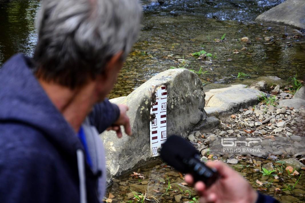 Пламен Попов показва един от реперите на камък в Луда Камчия.