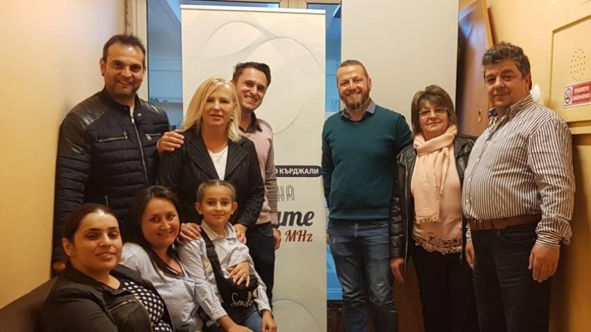 Kırcali radyosundan yayın sonrası katılımcılar ve ekip fotosu.