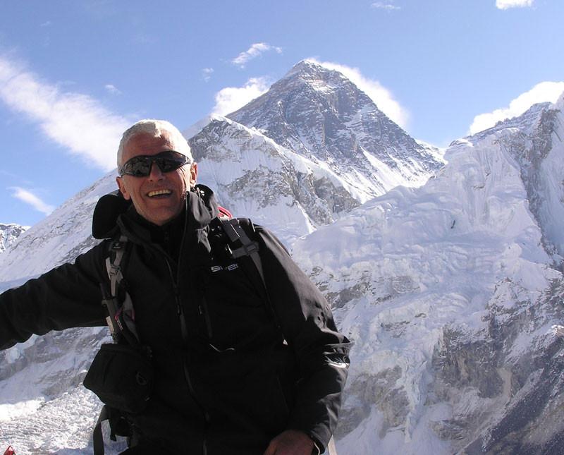 Александър Шопов на фона на Еверест