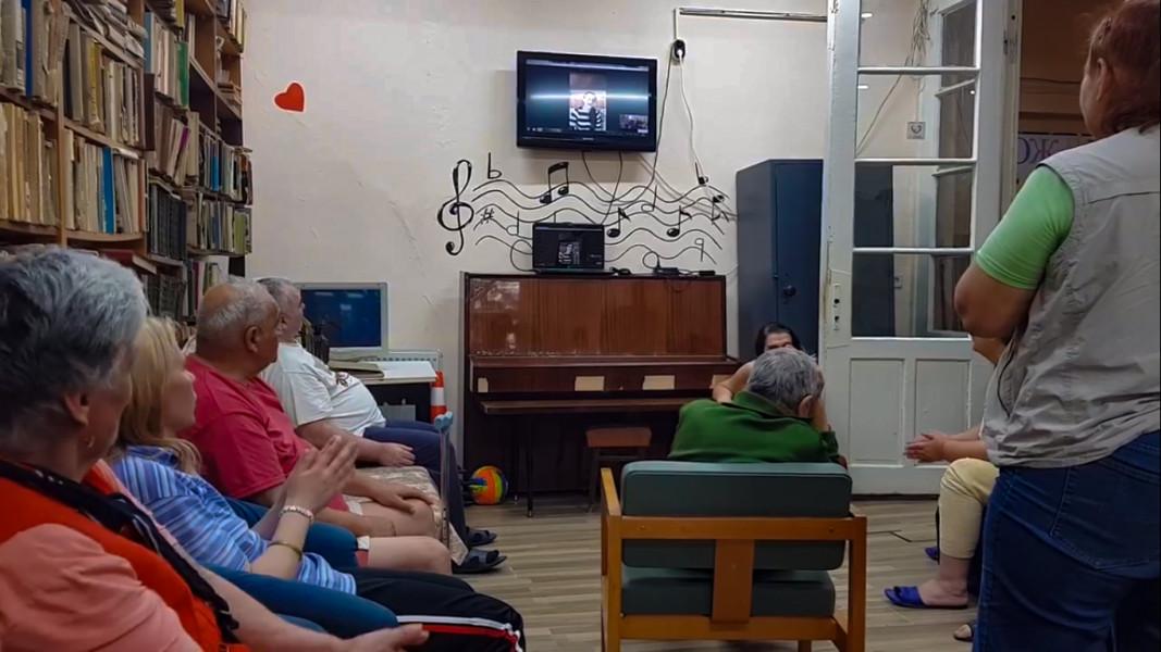 Сандра Петрова забавлява обитателите на дом за възрастни хора в Русе