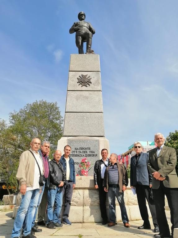 Плевенчани положиха цветя и се поклониха в знак на признателност пред паметника на ген. Владимир Вазов