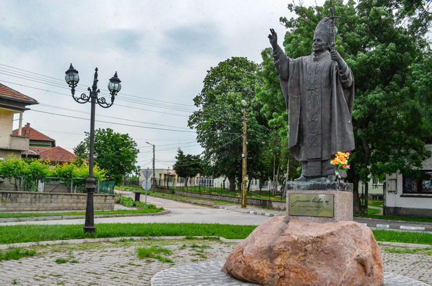 Le monument de Jean-Paul II en bronze fabriqué en Pologne, haut de 3 mètres